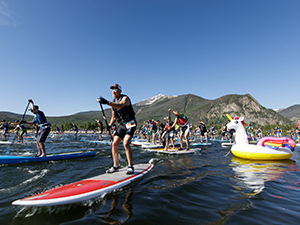 Group of stand up paddle boarders at the start of the 2019 Frisco Triathlon